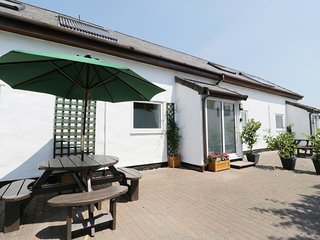 SUMMER COTTAGE, open plan, pet friendly, near the village of Llanrwst, Ref