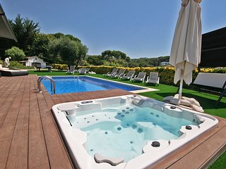 Vila Boutique, a mediterranean villa in front of the sea with pool, jacuzzi and
