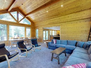 Stunning riverfront lodge with private hot tub surrounded by natural beauty!