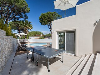 DUNAS DOURADAS, 4 BED MODERN SPEC VILLA. PRIVATE HEATED POOL. WALK TO BEAC