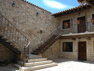 Patio de Piedra con Escalera de Forja
