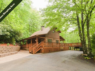 Hummingbird Hollow ~ Cozy log cabin on two acres of wooded privacy in Valle Cruc