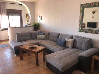 Salón diáfano con espléndido sofá cama para dos personas. Smart tv