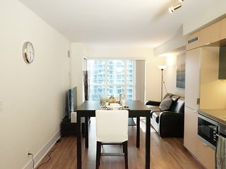Charming 1 BR + Den by CN Tower, Union and MTCC