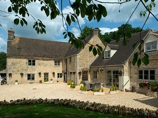 Sleeps 12-18* Courthouse Luxury Accommodation , France Lynch, The Cotswolds
