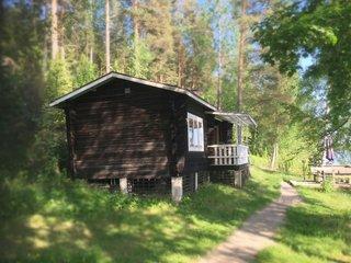 Rentola, Cosy lakeside hideaway with Finnish sauna