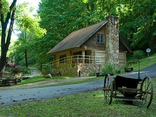 Firefly - Handcrafted Log Cabin - Near River and Smoky Mountain Railroad