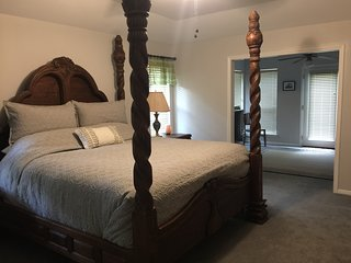 The Blue Moon King Master Suite - Dripping Springs