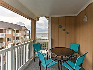 NEW! Cozy Condo w/Balcony & Pool on Carolina Beach