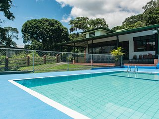 Henri`s House beautiful Town house with swimming pool infront of Lake Arenal