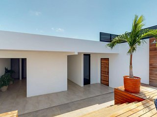 Brand new ocean-view condo w/two rooftop pools and spa - close to the beach