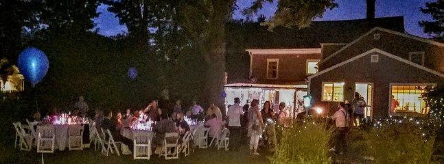 Tanto la casa principal con su solárium y la casa de transporte se posan para la noche de la fiesta de bodas.