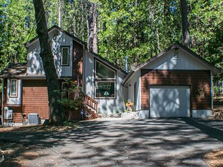 Ava's Forest Retreat - close to entertainment, sports and lake!