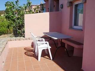 Calarossa Holiday Home I apartment in Canneddi with private parking, private roo