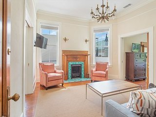 Stay with Lucky Savannah: Bright three-bedroom apartment on Wright Square!