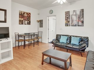 Amazing Private Newly Renovated Apt, 8-mins away from Center City by Subway