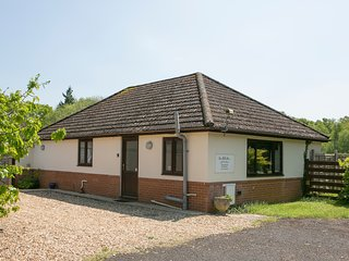 Woodlands Bungalow, WiFi. Hot Tub. BBQ. Private garden. Set in 3 acres.