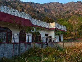 Location of the accommodation is on the foothills of mountain Karol, highest peak of Solan city.