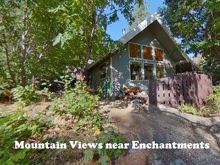 Icicle Chalet: Private Mountain View Cabin with Hot Tub, Fire, BBQ