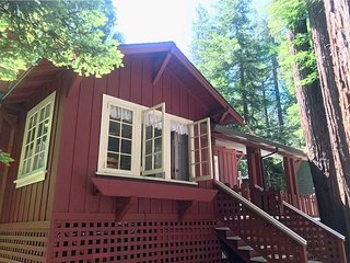 Redwood Retreat! Hot Tub! Walk to Beach/River!3 for2 Midweek Thru Sept