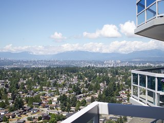 SUPER VIEW - BRIGHT - MODERN HIGHT RISE CONDO .