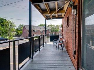 NEW LISTING! Updated condo w/ free WiFi, balcony, washer/dryer - close to Boston