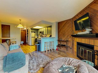 Remodeled condo w/ mountain views, private balcony, shared pool/hot tub/sauna