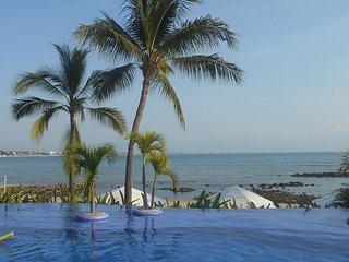 603  Luxury 2 Bed 2 Bath Penthouse on the Beach, Large Patio with View of Bander