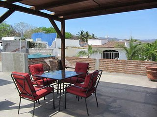 2 BR with rooftop patio in the heart of town, close to beach & easy walking to e