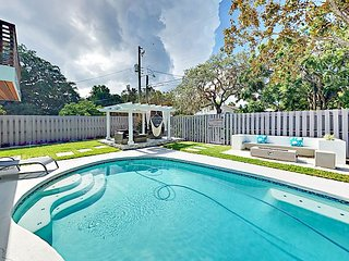 4BR Casa Azul w/ Private Pool, Fire Pit, Covered Pergola - Near Bay, Downtown