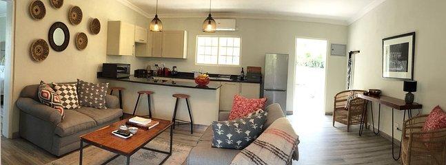 Cucina aperta e area lounge con bancone della colazione.