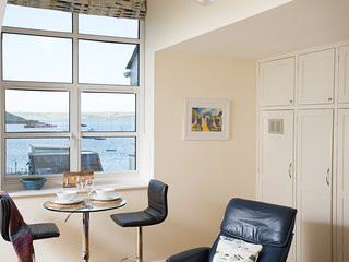 The Spinnaker sleeps 2 with views across the harbour, WiFi and reserved parking