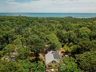 #402: Hear the ocean from your roof top deck! 3-min walk to Nauset Light beach!