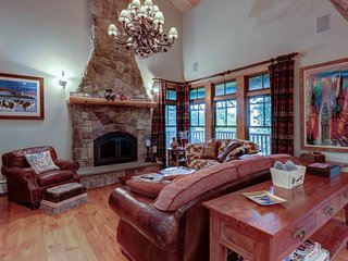 Townhome close to skiing w/ five levels of luxury furnishings & private hot tub!