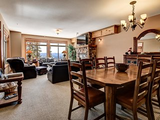 Black Rock #4 Sleeps 15 - Skin In / Out 3 Bedroom 2 Bath + Hot Tub + 2 Parking