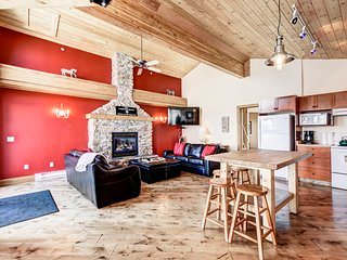 SLEEPS 19 True Ski In/Out-3 Bedroom+Den+Loft+Sauna+Pool Table and Hot Tub