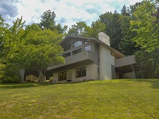 NEW LISTING: 3 BR Mountaintop home w/VIEWS! Ping pong table, AC, Wifi!