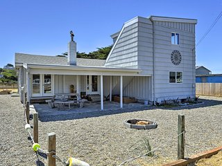 Bandon Home w/ Ocean View & Yard - Walk to Beach!