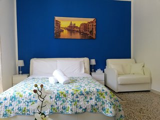 Romantic Blue King Room, Sleep-2, AC, WiFi , 10 Minutes to Venice