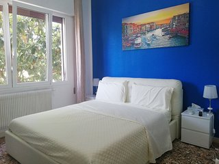Romantic Blue King Room-Sleep-2, AC, WiFi , 10 Minutes to Venice