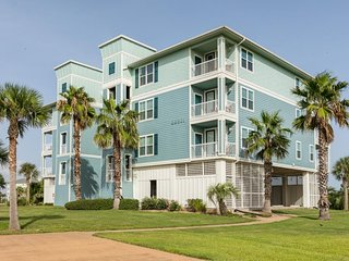 NEW LISTING! Spacious, dog-friendly bayview condo w/ shared pool & hot tub