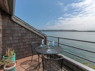 NEW LISTING! Cozy bayfront condo w/shared pool and hot tub near town and beaches