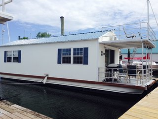 Awesome Houseboat, minutes from Downtown! Free Parking!!
