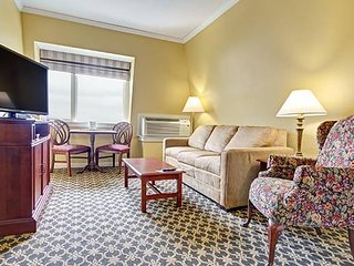 Cozy One Bedroom Deluxe Suite Off Narragansett Bay w/ Resort Pool & Free WiFi