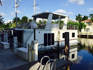 Fun and Spacious Houseboat, right off Las Olas. Walk to beach and restaraunts!