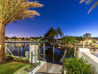 Waterfront Luxury Home. HotTub HeatedPool. Central Location. Golf Cart provided