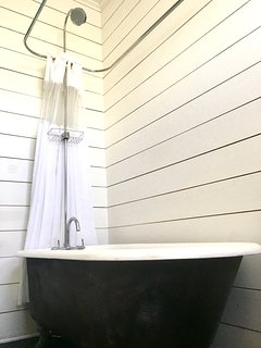 Vintage claw foot tub/shower. Body soap & shampoo provided for short term stays.