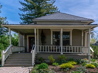 '1900' House ~ Downtown Ashland - Near Oregon Shakespeare Festival ~ Sleeps 8