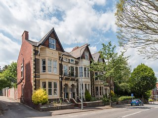 Stylish Apartment by Roath Park and Lake