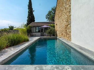 Quiet charming room in Provencal Oustau du Ventoux with pool